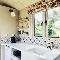 The Oaks Glamping - Jasper's Shepherds Hut