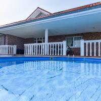 ¡Nuevo! Amplio chalet con jardín y piscina en Liencres, hotel in Liencres