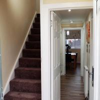 4 DOUBLE/TWIN/ TRIPLE ROOMS DUPLEX - 2 SHOWER ROOMS -FREE STREET PARKING - FIBER OPTIC WI FI