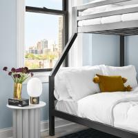 Master Suite and Bunk Beds w Two Bathrooms and Full Kitchen, TV, Sonos, Lincoln Park, hotel in Lincoln Park, Chicago