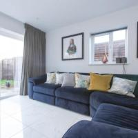 Modern 3 Bed House in London for up to 4 people - with private parking and garden