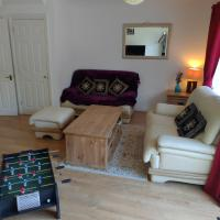 The Wickets, 3 bed 2 bath house with free parking & Wi-Fi in quiet cul-de-sac