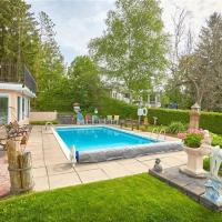 Lush Waterfront Cottage with Pool BBQ Patios 5 beds 2 Air-mattresses, hotel em Brechin