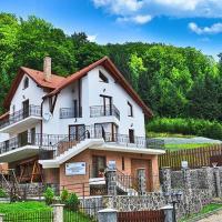 Charming Villa in a Private Mountain Resort, hotel in Timisul de Jos