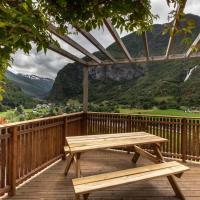 Panoramic terrace, huge rain shower and cosy lofts, hotell i Flåm