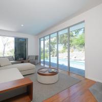 YARINGA - Retreat Style Accomodation with Swimming Pool, hotel em Dunbogan