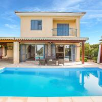 Villa in Latchi Sleeps 7 with Pool Air Con and WiFi, hotel in Lachi