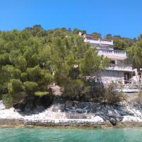 Kuća uz modro more okružena borovima