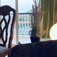 Green Wood Chalet Durrat Al Arous, Hotel in Durrat Al-Arus