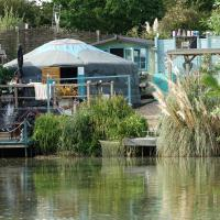 Lily Lake Yurt with private Hot Tub and fishing, hotel in Chelmsford