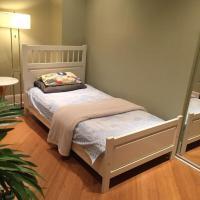 Backpacker Student near Bishop's University - Private Single Room w Shared Bathroom, hotel em Sherbrooke