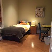 Backpacker Student near Bishop's University - Private Single Room, hotel em Sherbrooke