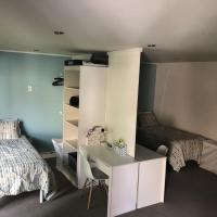 Backpacker Student near Mohawk College - Entire Two Bedroom Suite, hotel near John C. Munro Hamilton International Airport - YHM, Hamilton