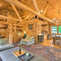 Upscale Warrensburg Cabin with Private Hot Tub!, hotel in Warrensburg