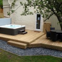 The Coachhouse - Cottage with Hot tub, hotel in Colwyn Bay