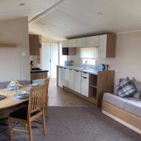 2 bedroom, 6 berth caravan on Whitehouse Leisure Park, Towyn, Near Rhyl, close to the beach, hotel in Abergele
