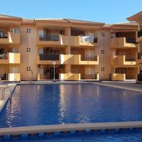 Spacious 2 bedroom apartment with communal pool, hôtel à Los Alcázares près de: Aéroport de Murcie - San Javier - MJV