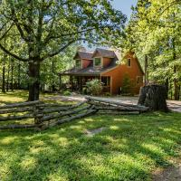 Woodsong Cottage - Charming 2BR Secluded Cottage Near Branson on 40 Acres Hot Tub Foosball Table, hotel in Blue Eye