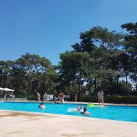 """"""" CasitaCuriosa """" chalet op camping met buitenzwembad"""