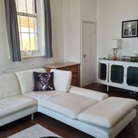Beautiful 2 Bedroom Apartment , Balcony, WIFI, Parking