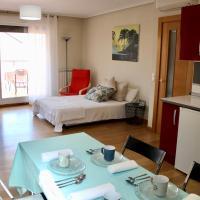 Ático en el centro con terraza y barbacoa, hotel en Entrena