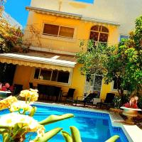 Bohemian Homestay in home with pool and friendly cats, hotel in San Ġwann