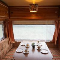 In vintage-stijl in een originele retro-caravan