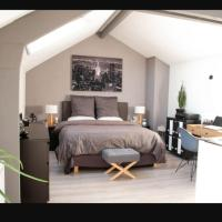 petite maison pleine de charme, hotel in Bobigny