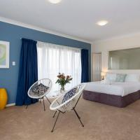 Bella Vista Townhouse with Views, hotel in Spearwood