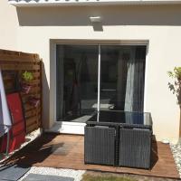 Charmant studio avec mezzanine et terrasse, hotel in Saint-Aunès