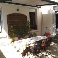 cosy rare 2 bedroom apartment around a private garden