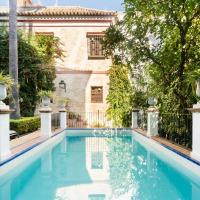 Casa Elvira, house with swimming pool and gardens close to the Cathedral and Alcazar Palace