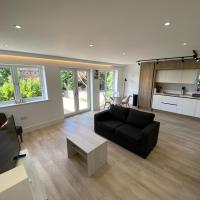 Stylish 2 Bed, 2 Bath Flat with Free Parking
