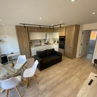 Stylish 2 Bed, 2 Bath Flat with Free Parking and Garden