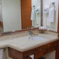 Plaza Pelicanos Grand Beach Resort All Inclusive, hotel in Hotel Zone, Puerto Vallarta