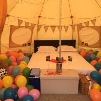 The Swallows glamping, hotel in Seend