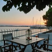Melia studio 1 seafront apartment, hotel in Loutraki
