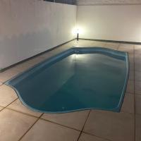 Casa com piscina 04 quartos e 03 banheiros