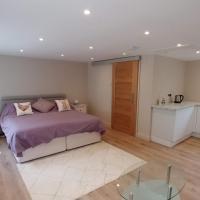 The Garden Room, 1 Heath Cottage, hotel in Knutsford