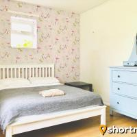 SHORTMOVE - Spacious flat, sleeps 4 on main road in to city