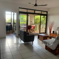 Cosy F2 duplex with garden and pool, hotel in Faaa