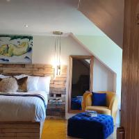 The Sleeping Dog Room at The Grumpy Schnauzer BnB Huge Room, Luxe Suite, Private Hot Tub, Breakfast, Gym, Games Room, Farm Stay, Amazing