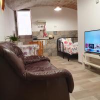 Habitación independiente con baño y patio en Cremallera de Montserrat