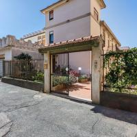 Snug Holiday Home in Niza di Sicilia with Balcony, hotell i Nizza di Sicilia