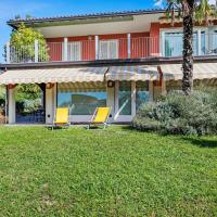 Nice apartment in a villa with three apartments, with private porch and garden, hotell i Comerio