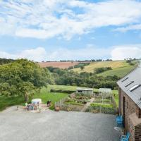 NEW Barn Conversion. Idyllic and unspoiled views complete with Hot Tub and Fire, hotel in Bodenham