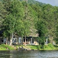 Magnificent intimate chalet at Lac Sainte-Marie, hotel em Lac Sainte-Marie