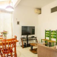 Apartamento térreo, em condomínio, confortável, clube, marina e praia.