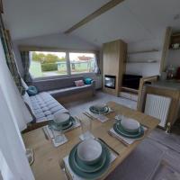 Woofles Luxury Caravan at Knaresborough Lido, hotel in Knaresborough
