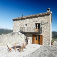 Chalet with 2 bedrooms in Meschia with wonderful sea view and furnished garden 45 km from the slopes, hotel sa Ronciglione